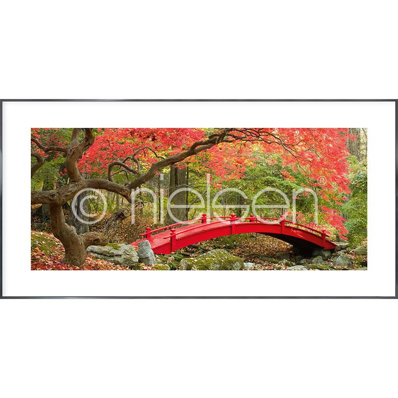 "Image encadrée ""Bridge in red"" avec cadre en aluminium Alpha"