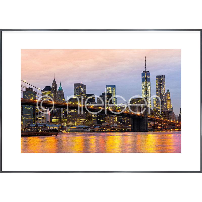"""Image encadrée """"Brooklyn Bridge at Night"""" avec cadre en aluminium Alpha"""