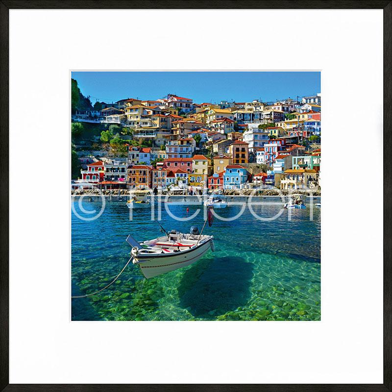 "Image encadrée ""Parga Boat Greece"" avec cadre en aluminium C2"